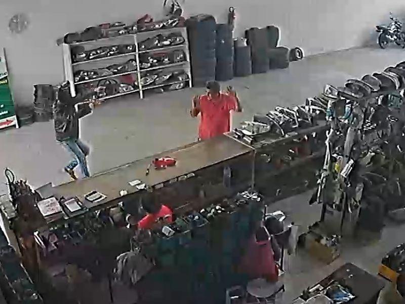 Vídeo: Polícia divulga imagens que mostram assassinato de dono de oficina em Penedo